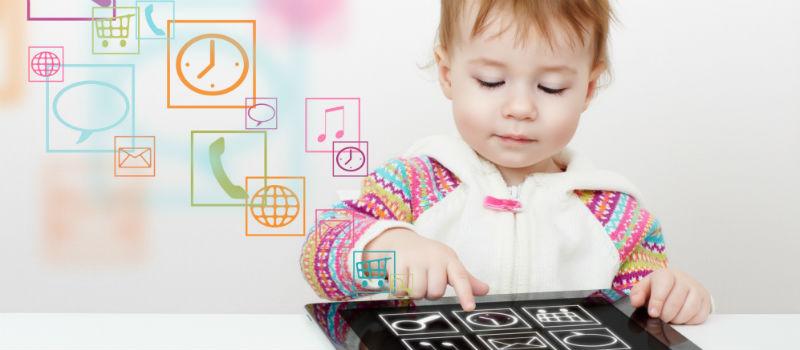 bebé jugando con una tablet