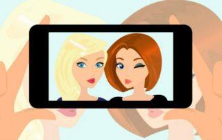 dos chicas haciendose un selfie